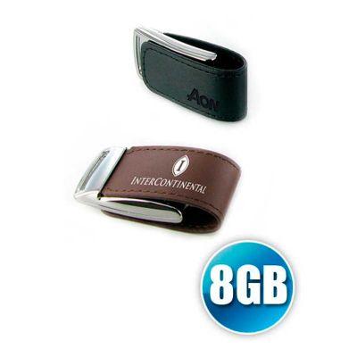 Pen drive personalizado em couro com fecho em ímã na capacidade de 8GB.