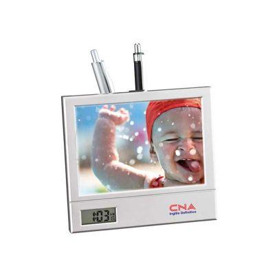 Energia Brindes - Porta retrato personalizado com relógio digital e porta caneta.