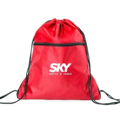 - Mochila saco em nylon com duas alças para costa, fechamento superior e compartimento frontal com zíper.