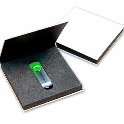 - Caixa rígida modelo Book Box com berço de espuma. Opção de tamanho 14,5 x 12,5 e 7 x 11 cm.