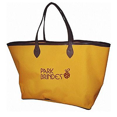 - Bolsa de ombro personalizada confeccionada em poliéster 600 com detalhes em couro sintético, podendo ser produzida também em oxford e outros materiais...