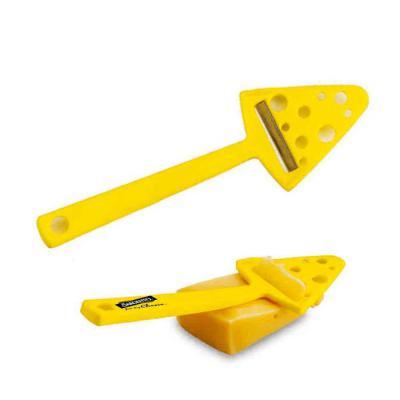 Cortador de queijo, em formato de queijo. Material PP. Cor: amarelo. Tamanho 23x7cm. Gravação: 01...