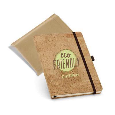 Caderno capa dura de Cortiça. Tam.: 137x215mm. Contém: porta esferográfica e 80 folhas não pautadas cor marfim. Fornecido em embalagem em non-woven de...