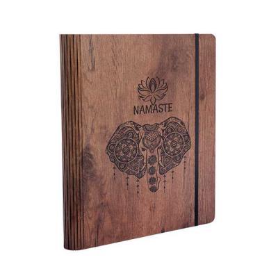 Caderno com capa em madeira personalizado. Este produto foi desenvolvido com uma técnica de corte que permite a execução de formas mais ousadas como c...