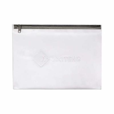 megga-promo - Produzida em PVC Sarja 030 mm fosco, zíper de nylon, cursor niquelado. Medidas 37 cm de largura x 27 cm de altura.