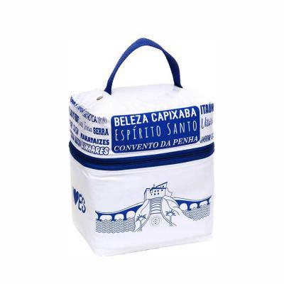 megga-promo - Produzida em PVC brilho 0.20 mm, PVC leitoso 0.20 mm (forro), alça de polipropileno, zíper de náilon, cursor niquelado, espuma térmica, rebite niquela...