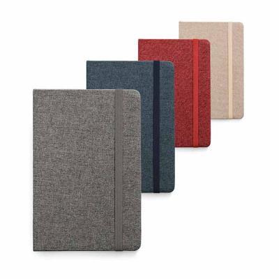 Caderno capa dura. Tecido em poliéster. 80 folhas pautadas cor marfim. 137 x 210 mm. Personalizaç...