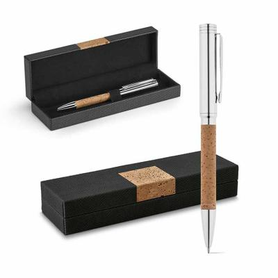 Caneta esferográfica promocional de cortiça e metal. Fornecida em estojo Premium almofadado. ø 11...