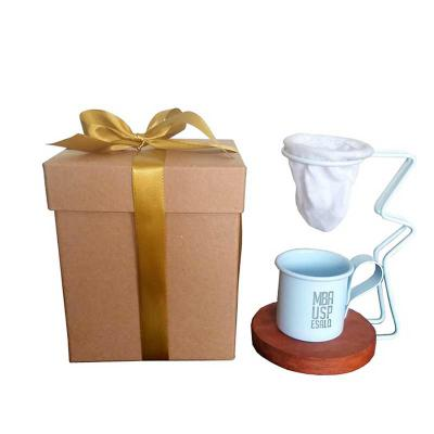 Mini coador de café individual com suporte de metal e base de madeira com caneca esmaltada. Disponível todas as cores. Acompanha caixa kraft de presen... - Brindes de Luxo