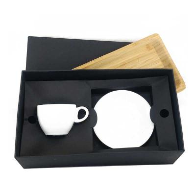 Kit com uma xícara e pires de café de cerâmica com bandeja de bambu, podendo ser usada também com...