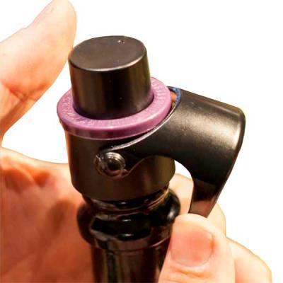 Funciona como uma bombinha de pressão, mantendo o seu espumante, champagne, prosecco ou cava com borbulhas por até 07 dias. Possui marcador de data - MR Cooler