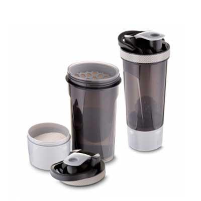 Garrafa Coqueteleira plástica 720 ml com copo, misturador e peneira.  Plástico Utilizado: PP (Polipropileno)  Medidas: 24,4 x 10,2cm - MR Cooler