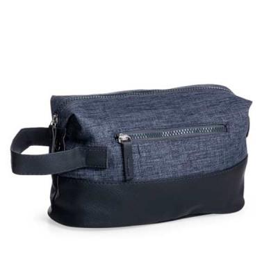 MR Cooler - Necessaire de nylon com detalhes em couro sintético. Possui alça lateral, pequenas abas nas laterais com botões para ajuste, compartimento principal s...