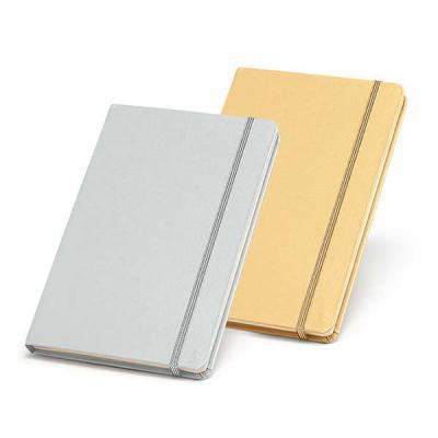 Caderno capa dura. Com bolso interior e 80 folhas não pautadas cor marfim. 137 x 210 mm