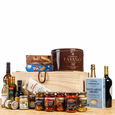 - Cesta Gourmet Completa em baú de madeira. Kit com vários produtos gourmet e bebidas (panetone só a partir de novembro), entre em contato com nossa equ...