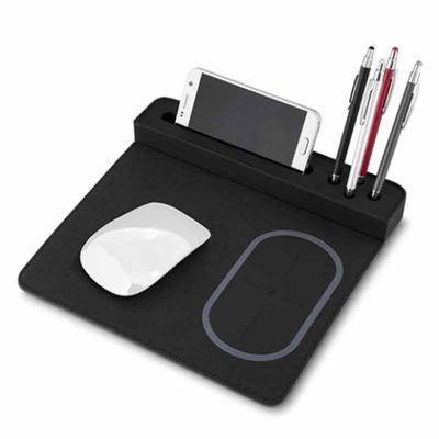 Gift Mais Promocional - Mouse pad em Poliuretano e Poliéster com carregador por indução, porta lápis e suporte celular, o produto perfeito para uma ação promocional. Confira...