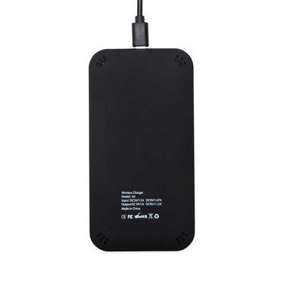 MSN Brindes - Carregador USB por indução, material plástico de pintura preto fosco. Possui detalhe central na parte superior e verso com informações na parte inferi...