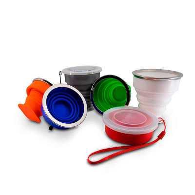 Copo 200ml de silicone retrátil com borda inox, contém tampa de encaixe em pvc com cordão de nylo...