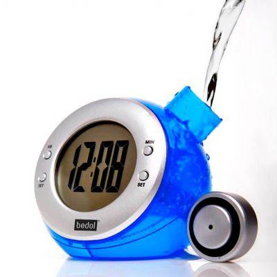 Relógio de plástico resistente, movido à água. Respeite o limite de água para não danificar o aparelho. Tamanho total do produto: (CxC) 9,0cm X 31,0cm...