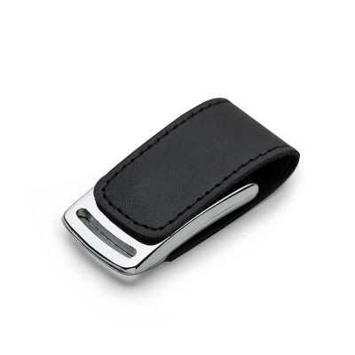 cross-brindes - Pen drive de couro 4GB com costura preta e detalhe prata(linha vazada na parte inferior do metal). Possui imã para abrir/fechar.
