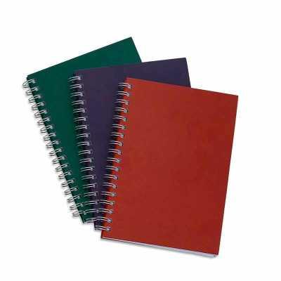 cross-brindes - Caderno com capa kraft colorida e espiral prata metálico. Possui aproximadamente 98 folhas brancas pautadas e páginas para: dados pessoais, calendário...