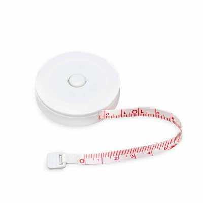 Fita métrica plástica redonda de 1,50m. Possui relevo na lateral, verso central liso e lado oposto com botão para travar/destravar. - Cross Brindes