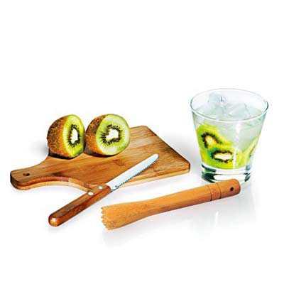 """- Conjunto composto por quatro acessórios para caipirinha, sendo um copo em vidro de 350ml, um socador/pilão em bambu, uma faca para frutas de 4"""" em aço..."""