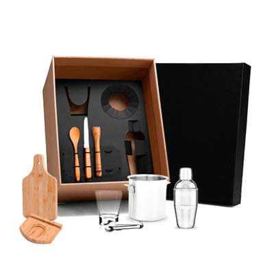 """- Kit para caipirinha Conta com tábua, base, colher 18cm e socador em Bambu; faca 4"""" em Bambu / Inox; balde para gelo, pegador e coqueteleira em Inox; c..."""