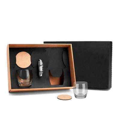 - Kit em caixa de papel kraft com 2 copos de Whisky de 330 ml com 2 porta copos de DF com canivete de metal com gravação nos copos, porta copos, canivet...