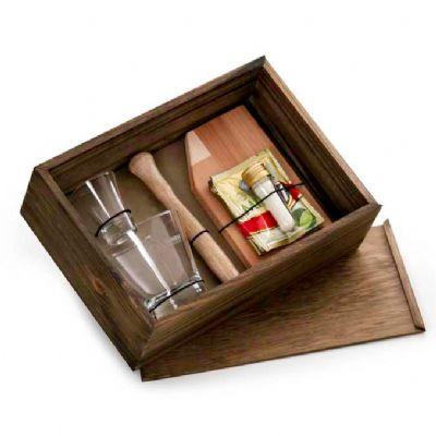 Kit com copo de vidro, copo dose, socador e tábua de madeira com sachê de caipirinha em pó - Design Promo