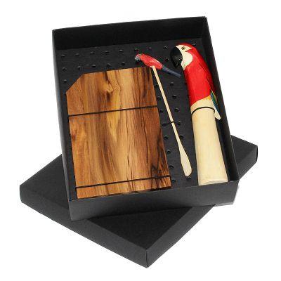 - Kit caipirinha em caixa de papel duplex com tábua de madeira para caipirinha com socador e mexedor temático Arara com gravação na tábua e na tampa da...