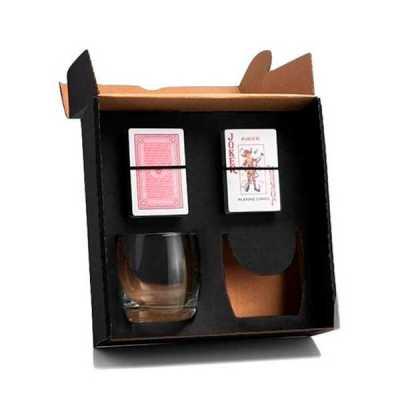 - Kit em caixa de papel kraft com 2 copos de Whisky de 330 ml e 2 baralhos de PVC com gravação nos copos e na tampa da caixa.