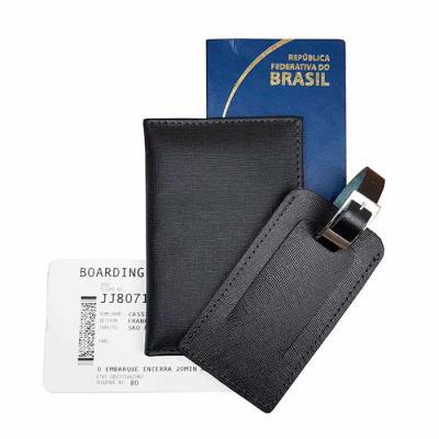 atelie-lapin - Kit de viagem com porta passaporte e tag de viagem em couro. Disponível em várias cores. Personalização em baixo relevo.