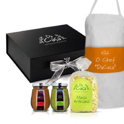 UPG Caixas & CIA - Kit Presente contém: - 1 caixa cartonada - Massa artesanal - 1 molho pesto verde - 1 molho pesto vermelho - 1 avental