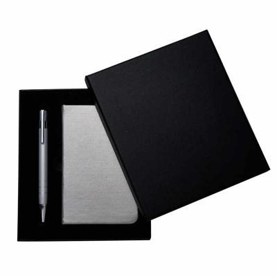 Conjunto de caderneta e caneta acondicionado em embalagem de papelão revestido com espuma internamente a caderneta é produzida em couro sintético com... - Ateliê Brindes