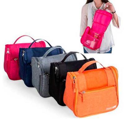 """Necessaire organizadora """"travel bag"""". Em nylon Oxford. Com bolso frontal e alça superior, parte i..."""