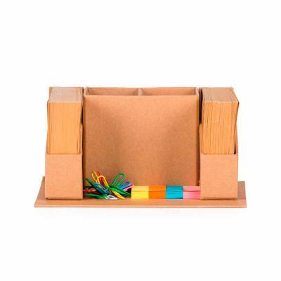 Bloco de anotação ecológico com porta canetas e sticky notes. Base quadrada; possui dois compartimentos centrais para guardar canetas; duas laterais c... - Thap  Brindes