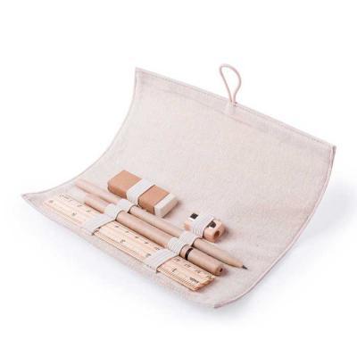 Estojo feito em algodão, com fecho de botão madeira. Contém 5 peças: Borracha, apontador e esfero...