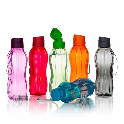 3zero Brindes - Garrafa plástica 800ml livre de BPA. Garrafa transparente colorida com detalhes em relevo, possui tampa rosqueável com abertura de bocal. Acompanha al...