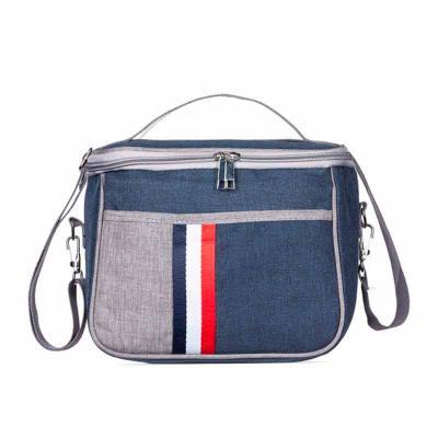 Bolsa térmica 7,6 Litros confeccionada em nylon, possui bolso frontal com detalhe colorido exterior; bolso traseiro com zíper; alça de mão e também al...