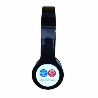Fone de ouvido estéreo com microfone e controle de volume. Fone de ouvido plástico na cor branca ...
