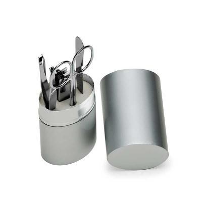- Kit manicure 5 peças em estojo oval de alumínio. Possui: lixa - tesoura - pinça - empurrador de cutícula e cortador de unha. Tamanho total aproximado...
