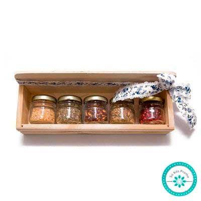 k3-brindes - Kit tempero com 5 potes de vidro sextavado com tampa de metal em caixa pinus