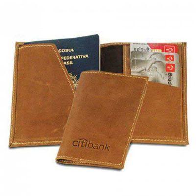 - Porta Passaporte C/ 03 Div. p/ Cartão em Couro Sintético.  Gravação em Baixo Relevo.