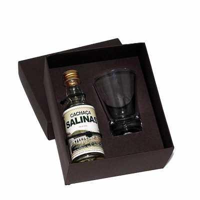 Kit Cachaça em caixa de papel duplex com cachaça Salinas de 50 ml com 1 copo de dose de vidro com gravação na tampa da caixa e no copo. - Eco Design