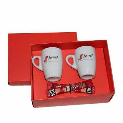 Kit Café em caixa de papel duplex com 2 xícaras de porcelana sem pires com 2 sache de café solúvel com gravação nas xícaras e na tampa da caixa. - Eco Design