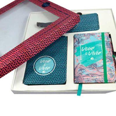UmClick Midia - Kit Executivo 1 (Caderneta, Porta Passaporte e Tag Mala)                  1 Caixa Cartonada 19 x 20 x 3,5 cm, com tampa personalizada 4 cores + 1 Cade...