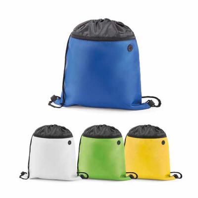 Sacola tipo mochila em 210D com bolso frontal e saída para fone de ouvido. Tamanho total do produto: 350 x 400 mm.