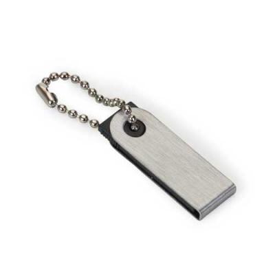 Pen Drive com a carcaça escovada de metal, acompanha corrente, e o suporte plástico preto.
