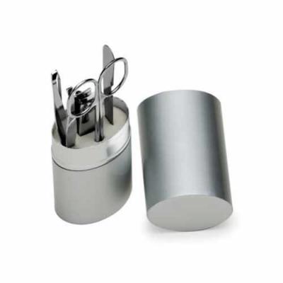 Kit manicure 5 peças em estojo oval de alumínio. Possui lixa, tesoura, pinça, empurrador de cutíc...